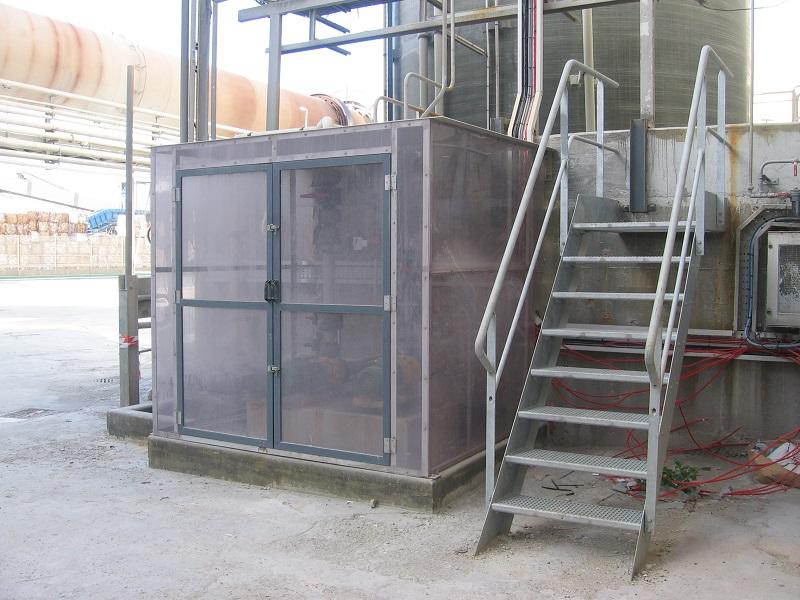 Cartérisation de pompes de transferts d'acide sulfurique à 98% en inox/PVC Transparent